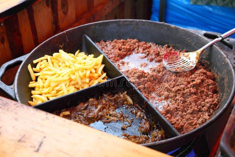在烤肉的烤油炸物和肉 库存图片