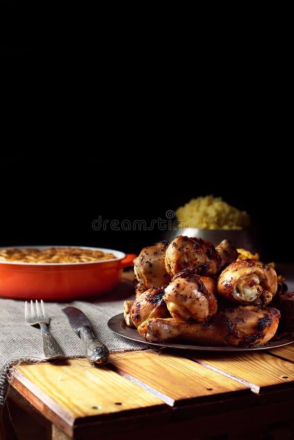 在烤鸡腿的接近的看法在桌上 库存照片