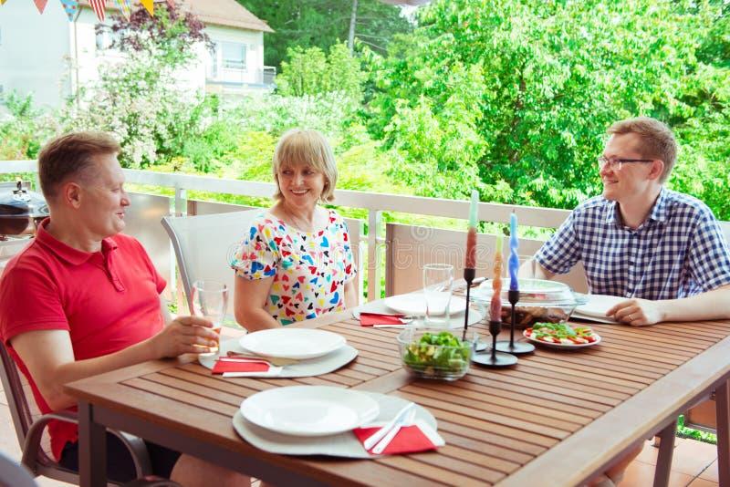 在烤mea期间,获得愉快的家庭乐趣和享受他们的谈话 图库摄影