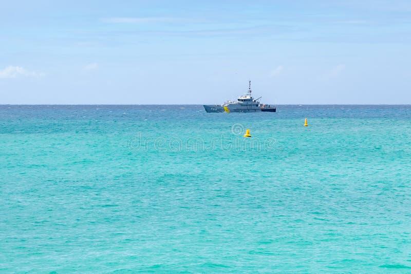 在热带加勒比岛海岸的晴朗的夏日 库存图片