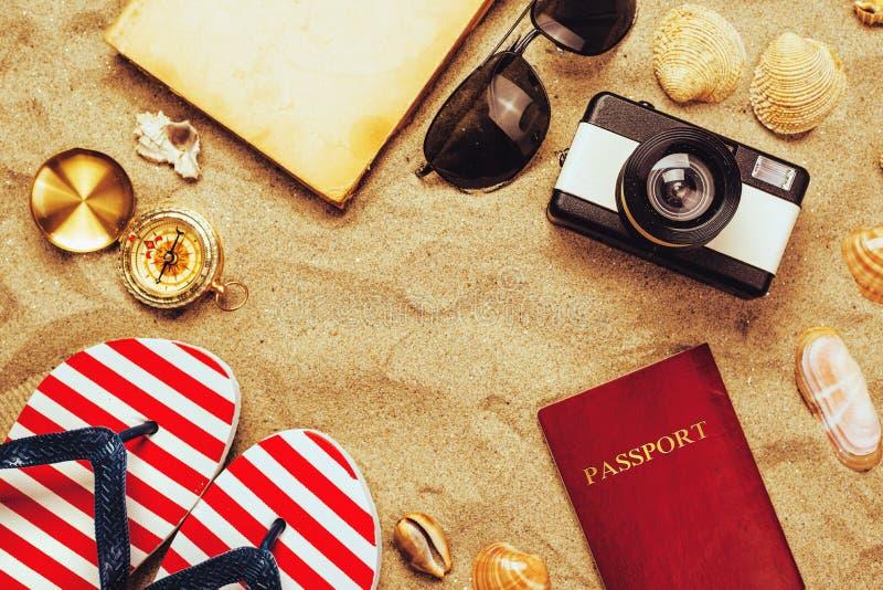 在热带含沙海洋的暑假辅助部件靠岸, holid 免版税库存照片