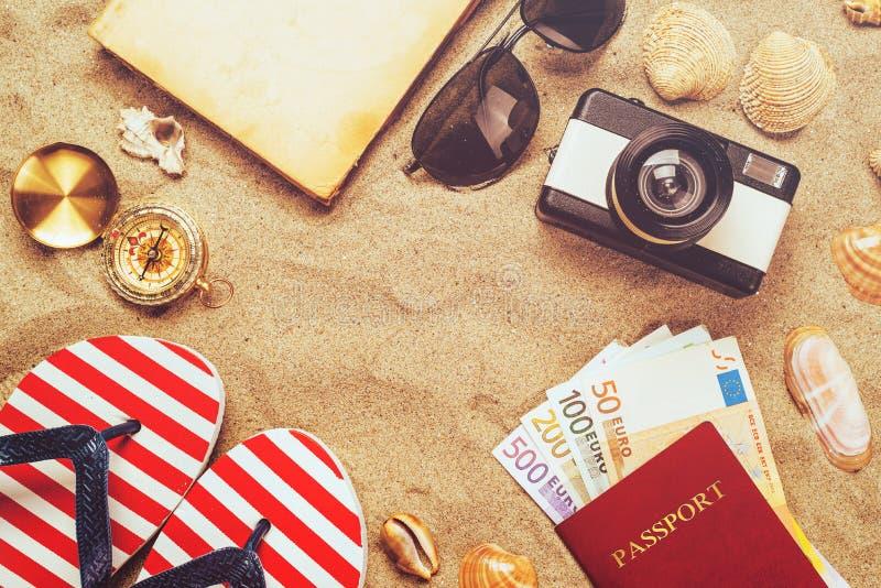 在热带含沙海洋的暑假辅助部件靠岸, holid 免版税库存图片