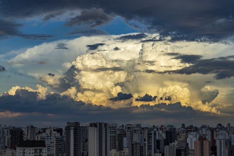 在热带天空的灰色云彩厚片形成,雨云移动 免版税库存照片