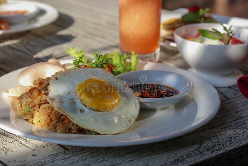 在热带手段的早餐在巴厘岛 异乎寻常的夏天饮食 回归线 库存图片