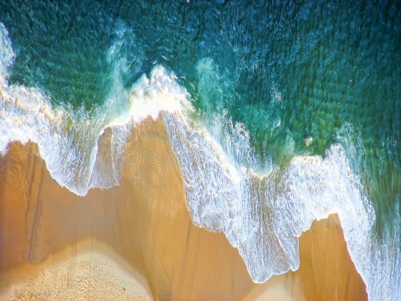 在热带沙滩和绿宝石海洋的鸟瞰图浇灌 免版税库存照片