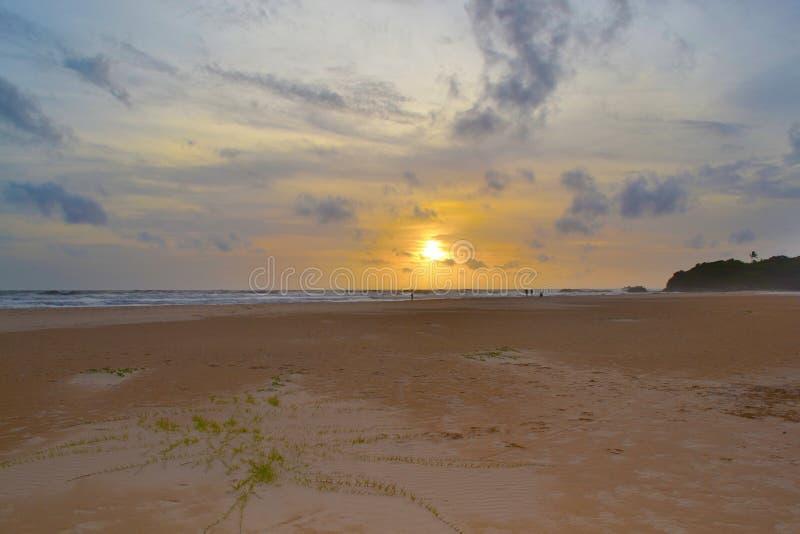 在热带沙滩的日落 浪漫时间 印度洋 斯里南卡 免版税图库摄影