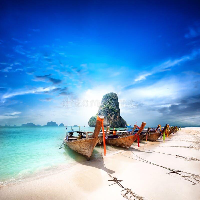在热带海岛上的泰国海滩。美好的旅行背景 免版税图库摄影