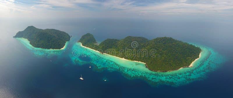 在热带海岛上的空中全景视图 免版税图库摄影