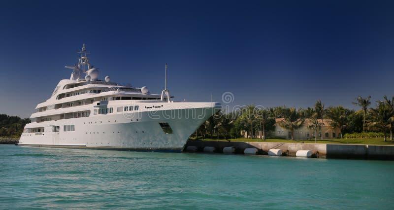 在热带海岛前面的豪华游艇 库存照片