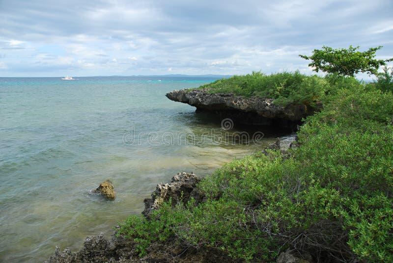 在热带海岛的岩石海岸线 免版税库存照片