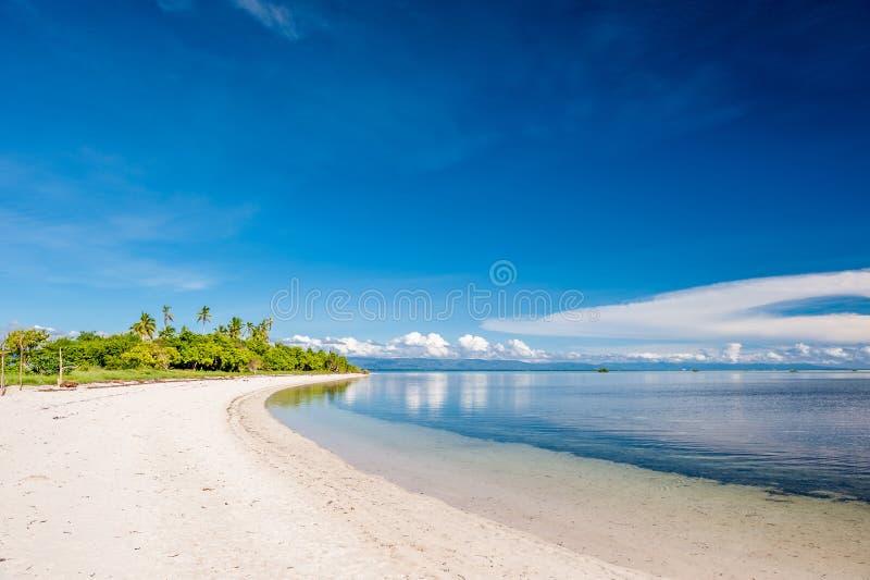 在热带海岛的美丽的海滩 免版税库存图片