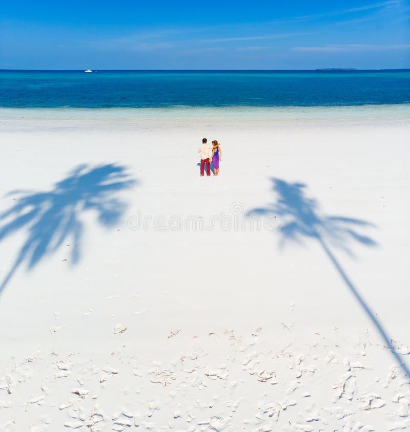 在热带海滩的夫妇在巴西班让,Kei海岛,热带群岛印度尼西亚,摩鹿加群岛,珊瑚礁白色沙滩 库存图片
