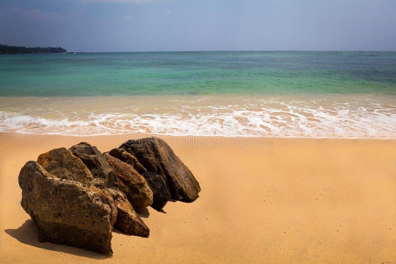 在热带海滩的岩石在Unawatuna,斯里南卡 免版税图库摄影