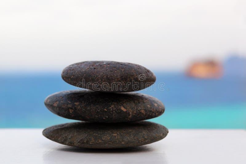 在热带海滩的岩石石标 库存照片