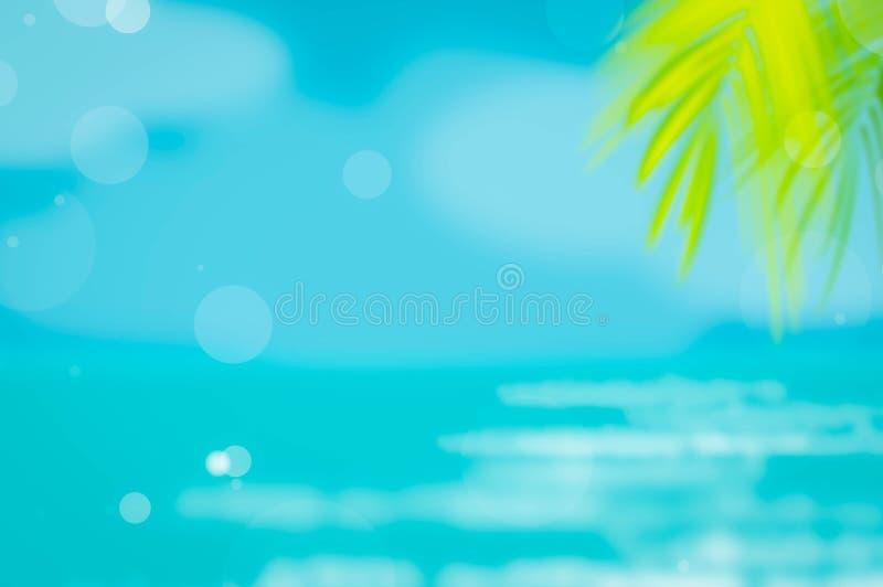 在热带海滩的迷离美丽的自然绿色棕榈叶有bokeh太阳光波背景 皇族释放例证