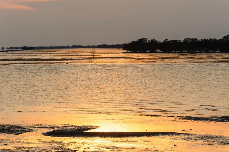 在热带海的日落 免版税库存图片
