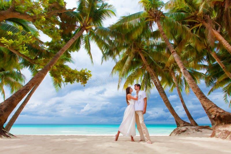 在热带海滩与棕榈树,婚姻的o的爱恋的夫妇 免版税图库摄影