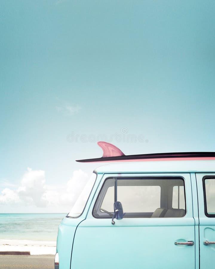 在热带海滩停放的葡萄酒汽车 免版税库存图片