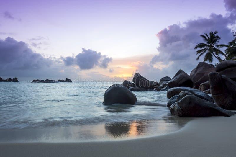 在热带海滩-塞舌尔群岛的日落-自然背景 库存照片