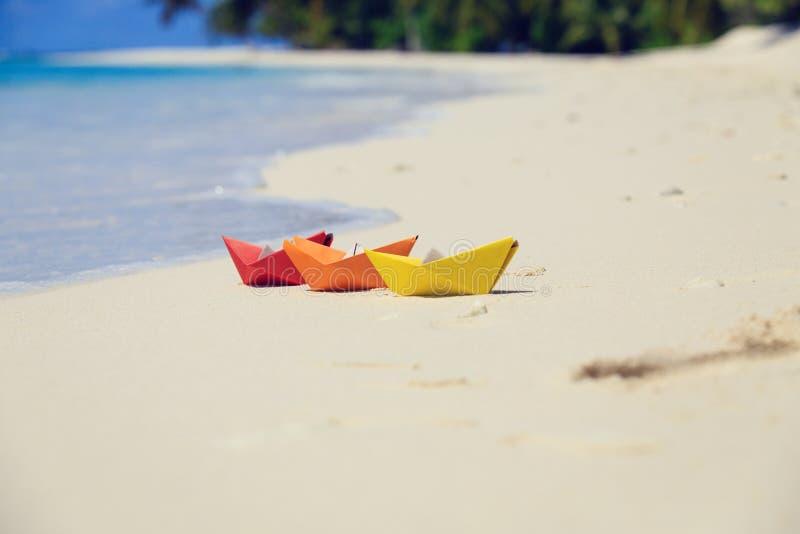 在热带海滩的五颜六色的纸小船 库存照片