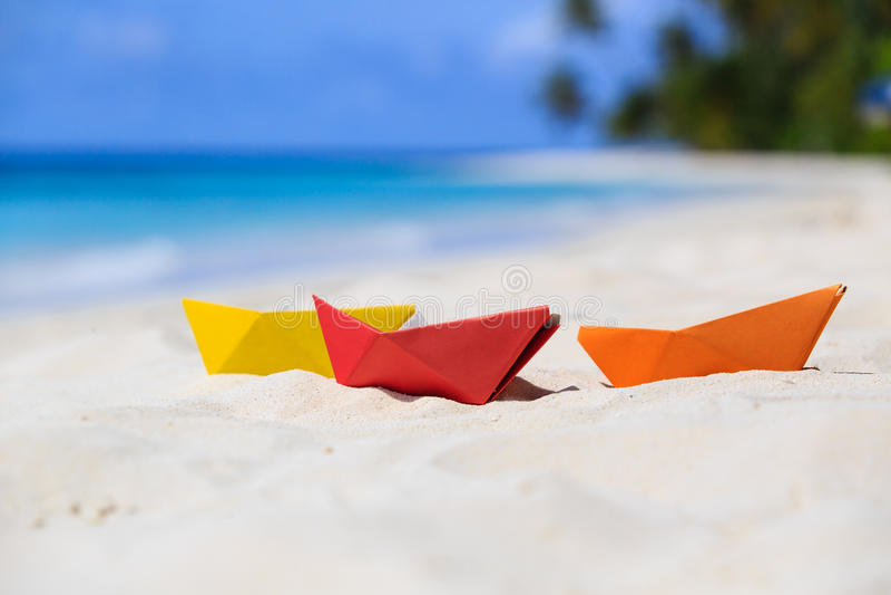 在热带海滩的五颜六色的纸小船 库存图片