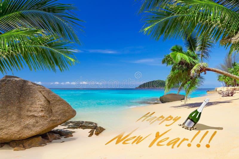 在热带海滩的新年快乐标志 免版税库存照片