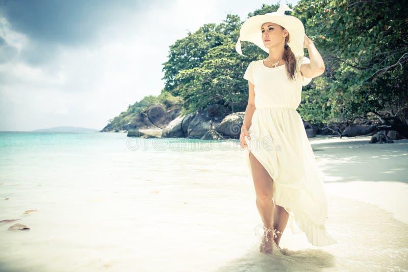 在热带海滩的时装模特儿 免版税库存图片