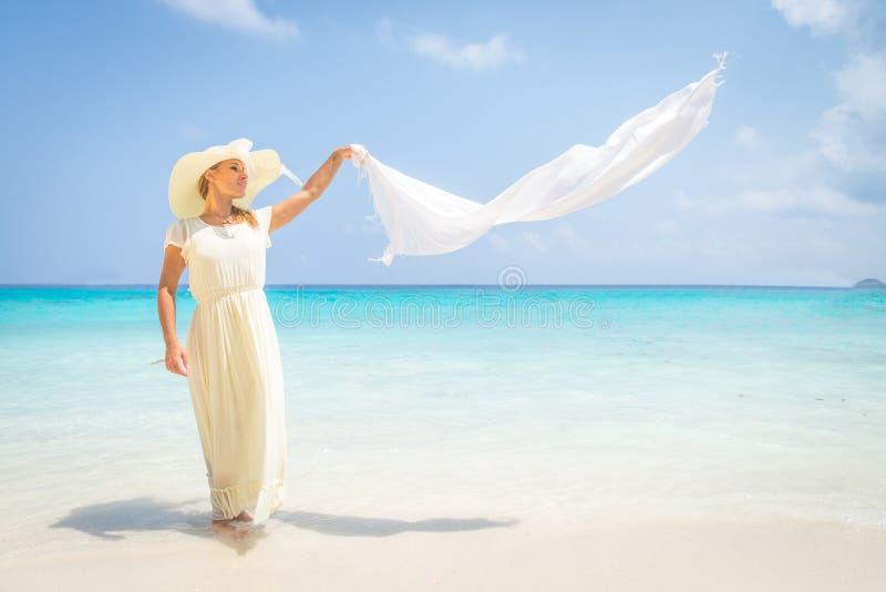 在热带海滩的时装模特儿 免版税库存照片