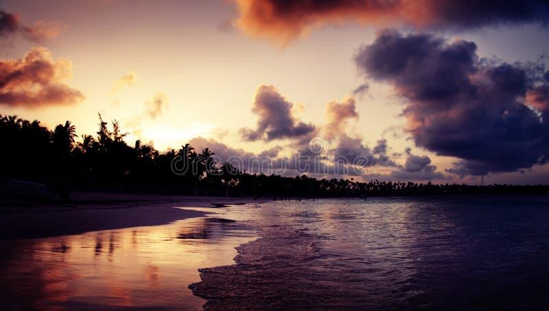 在热带海滩的美好的日落在蓬塔Cana,多米尼加 免版税库存照片