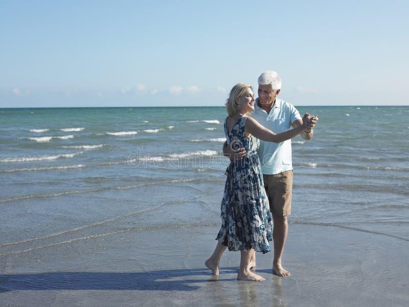 在热带海滩的资深夫妇跳舞 免版税库存图片