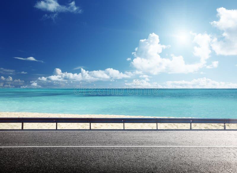 在热带海滩的路 免版税图库摄影