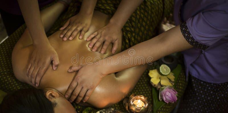 在热带温泉的传统亚洲泰国四手按摩 库存照片