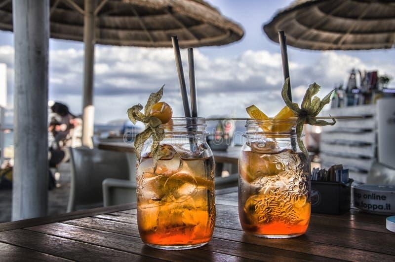 在热带白色海滩的两个鲜美鸡尾酒 免版税库存图片