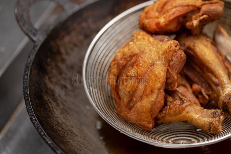 在热油的炸鸡和煮沸在平底锅 免版税库存图片