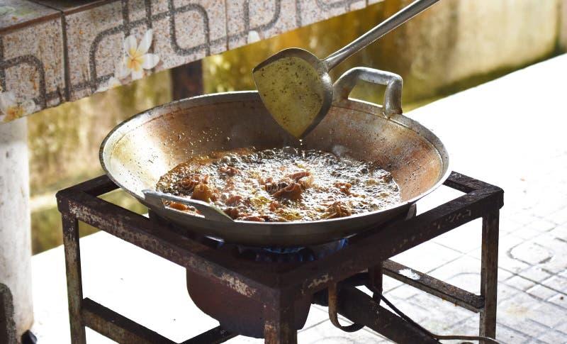 在热油的肉油炸物在煤气炉的平底锅 库存照片