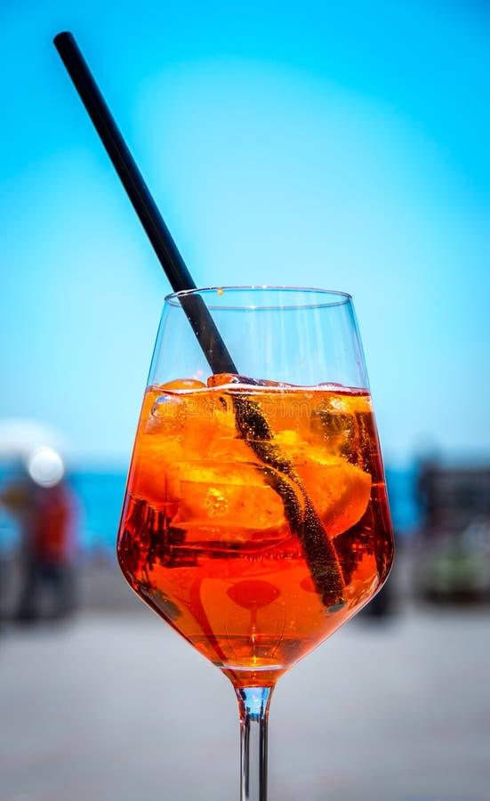 在热的夏天期间,著名意大利语Aperol喷 图库摄影
