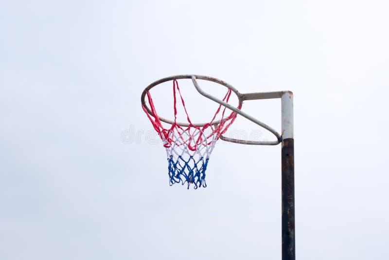 在热的天期间,少女玩的篮球赛反对清楚的天空的目标岗位 免版税图库摄影