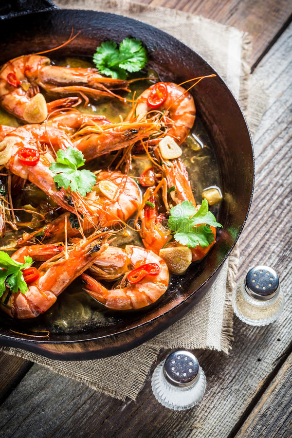 在热的平底锅供食的鲜美大虾 库存图片