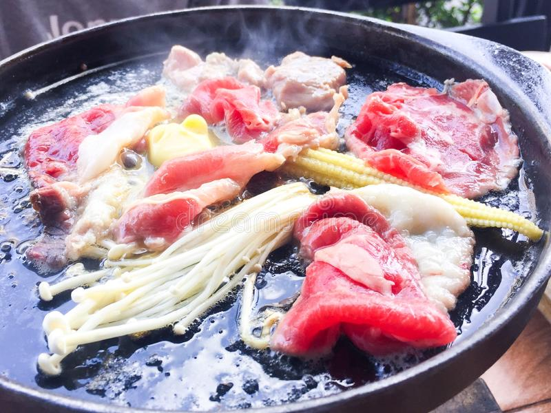 在热的平底锅的牛肉 图库摄影
