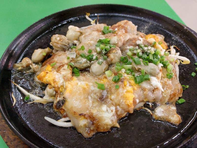 在热的平底锅的牡蛎煎蛋卷 库存图片