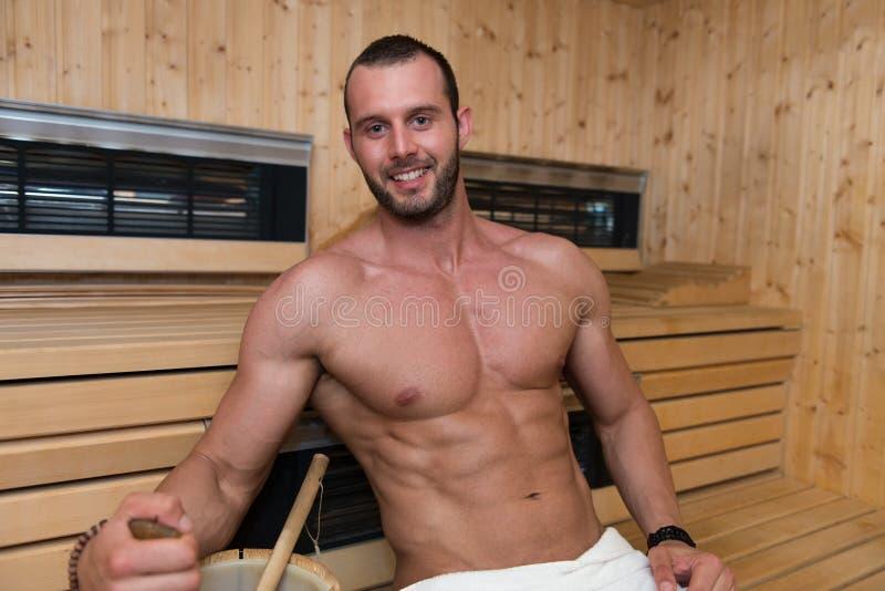 Download 在热的蒸汽浴放松的人休息 库存照片. 图片 包括有 户内, 白种人, 温泉, 实际, 爱好健美者, 刷新 - 62537798