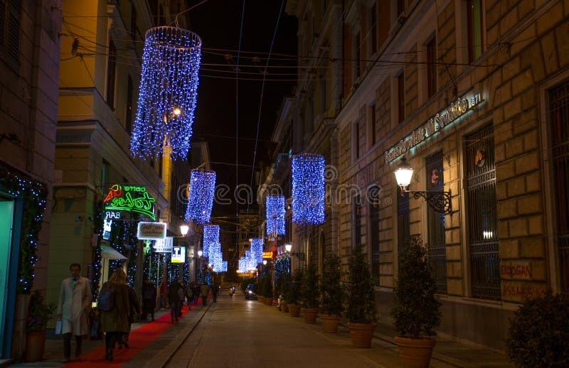 在热那亚在夜之前,意大利的中心街道上的圣诞节照明  图库摄影