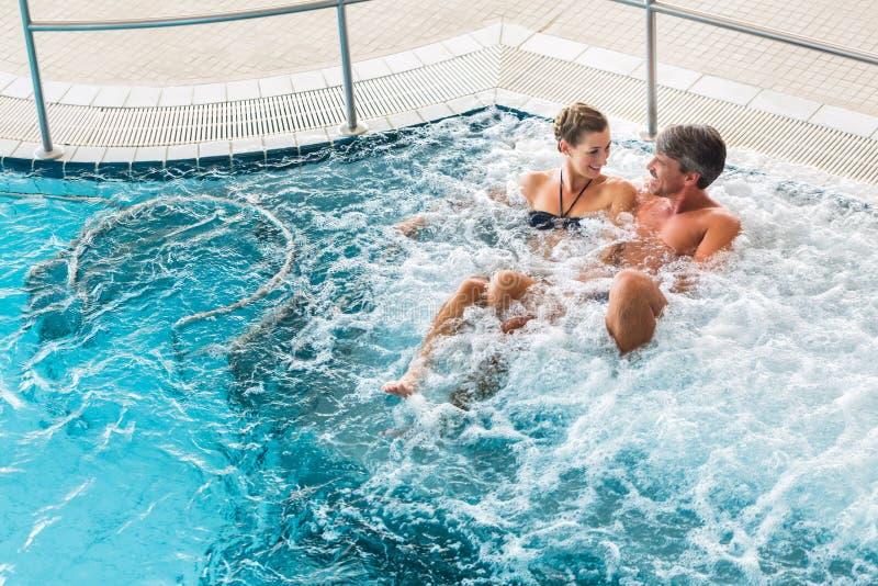 在热量健康温泉的夫妇在水按摩 库存照片