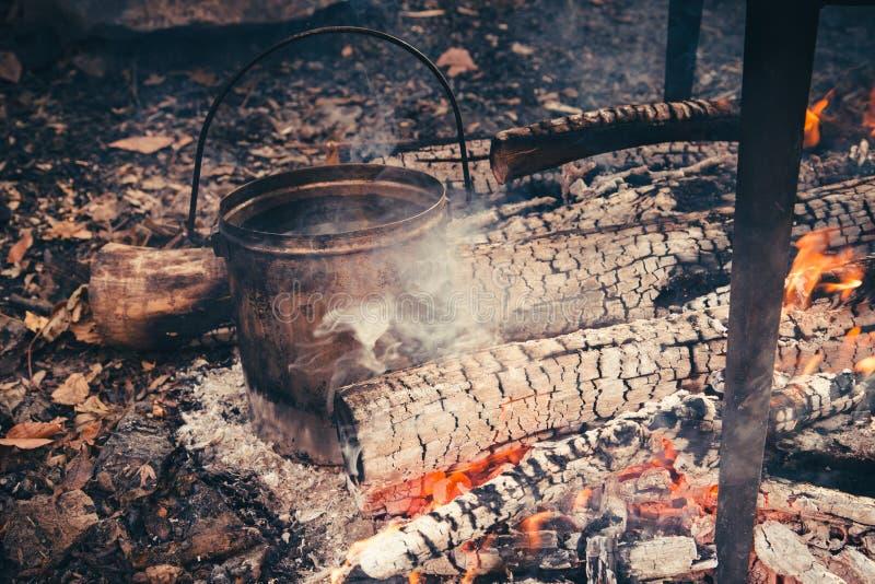在烹调在natur的铸铁大锅的营火的大罐 库存图片