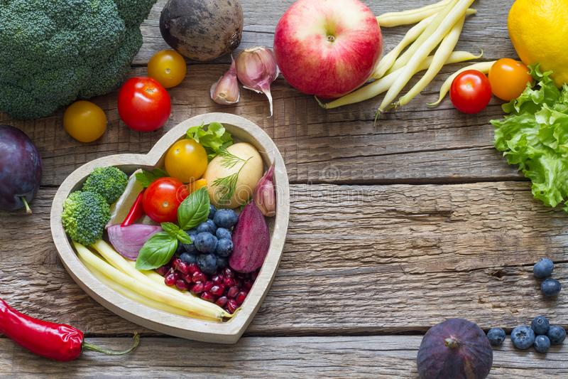 在烹调概念用新鲜的水果和蔬菜的心脏饮食的健康食物 库存图片