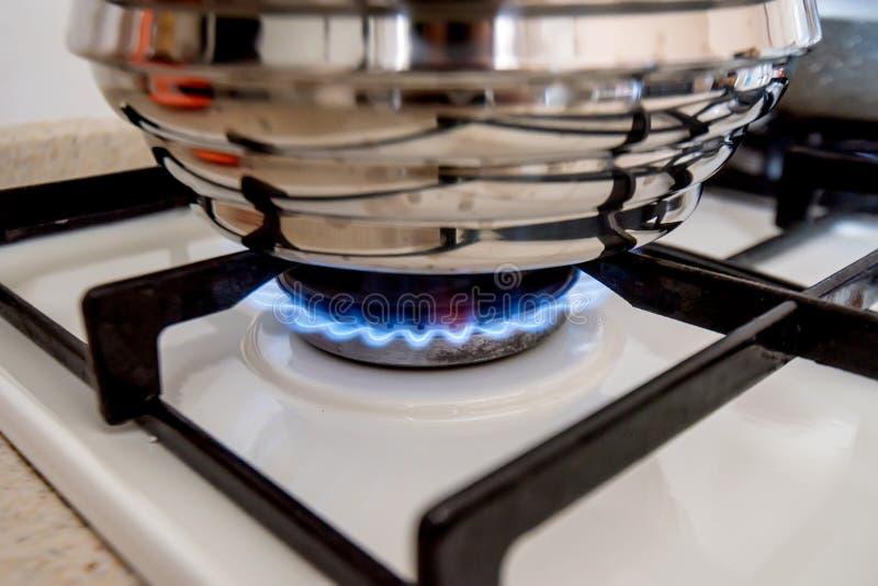 在烹调气体厨房罐不锈钢火炉utensiles墙壁之后 库存照片