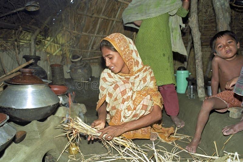 在烹调的孟加拉国的妇女在原始小屋期间 免版税图库摄影