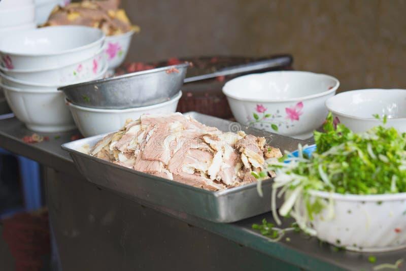 在烹调Pho餐馆桌的做的牛肉河内街道的 Pho是最著名的食物在越南 库存图片