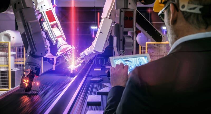 在焊接太阳电池板w的行动的巧妙的自动化产业机器人 皇族释放例证