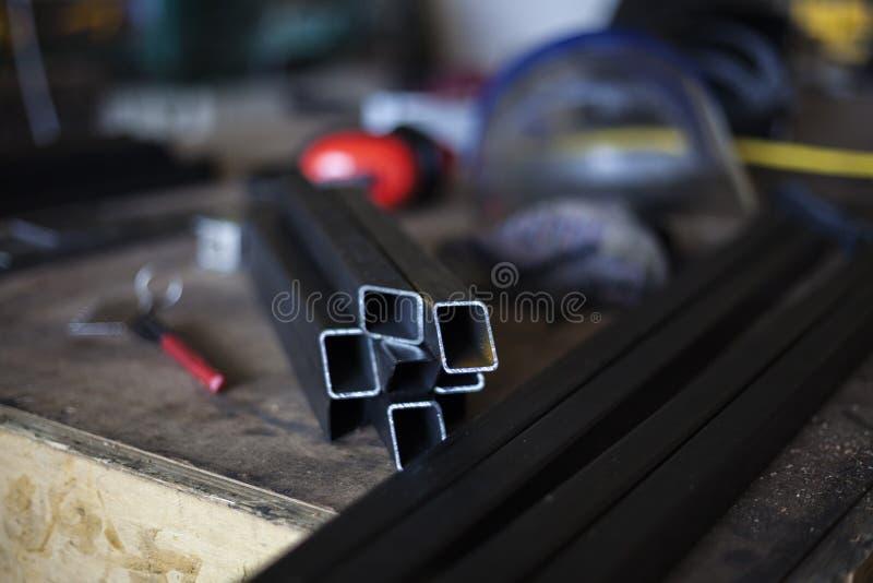 在焊接钢前的焊工工作站 免版税库存图片